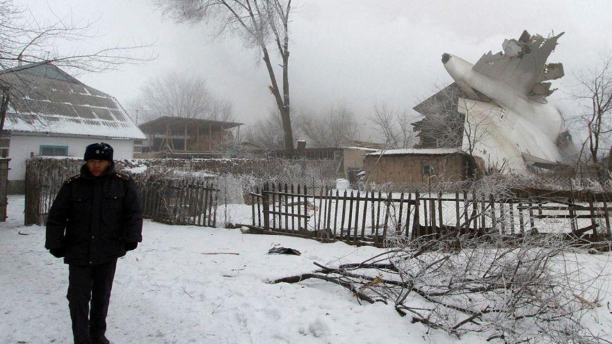 Kirghizistan: aereo cargo precipita su un villaggio, probabile errore del pilota