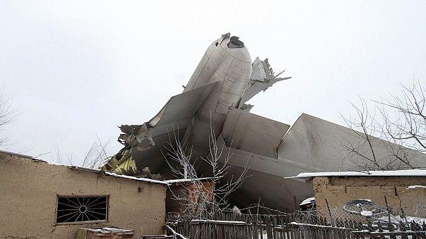 Queda de avião turco vitima dezenas de habitantes de uma aldeia quirguize