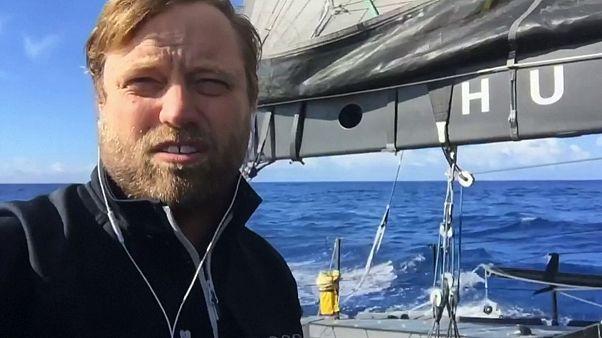 Alex Thomson bate el récord de distancia navegada en solitario en un día