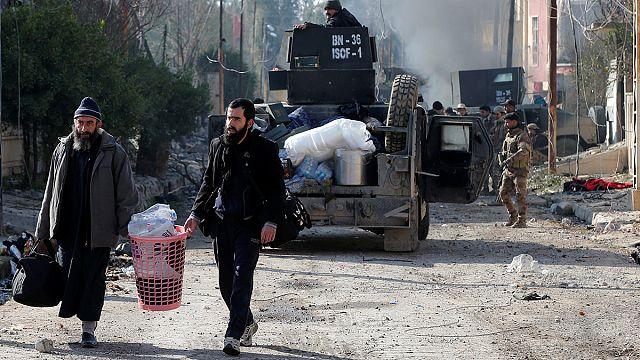 Musul halkı ölülerini evlerin ve okulların bahçelerine gömüyor