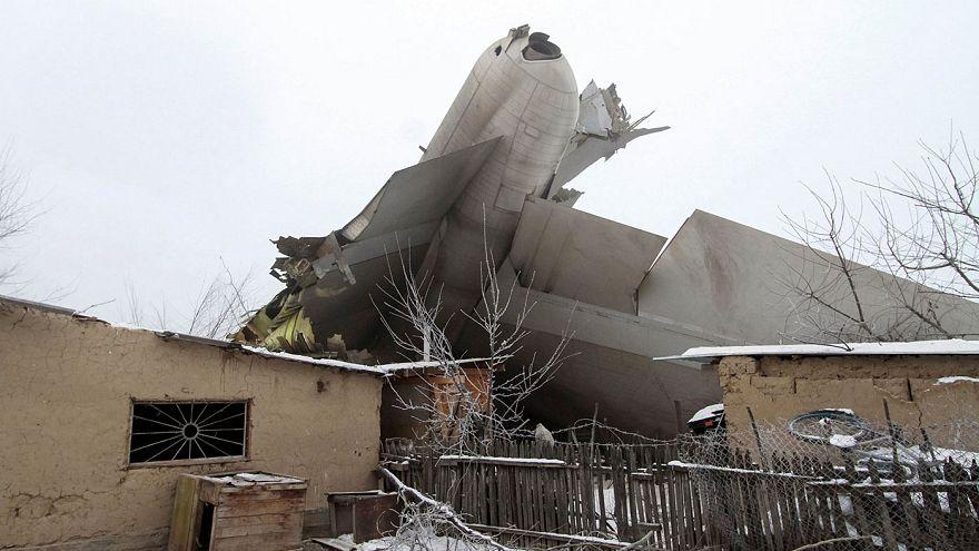 Un dron graba el lugar del accidente aéreo en Kirguistán