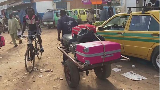 Gambia, migliaia in fuga alla vigilia del passaggio di poteri