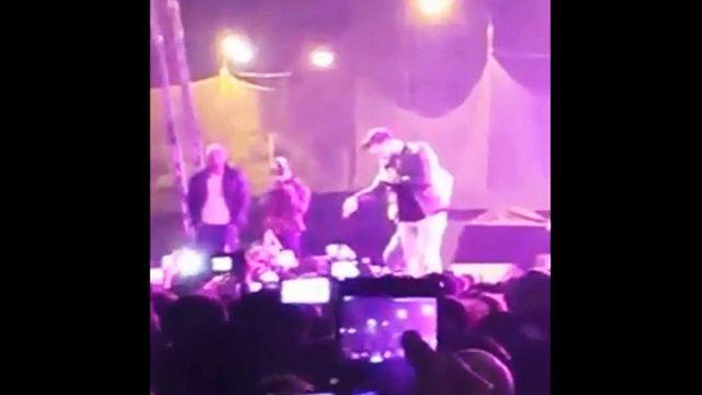 Sänger unterbricht Konzert, um Mädchen vor sexueller Belästigung zu retten
