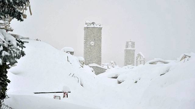30 missing in hotel buried by avalanche in Italy