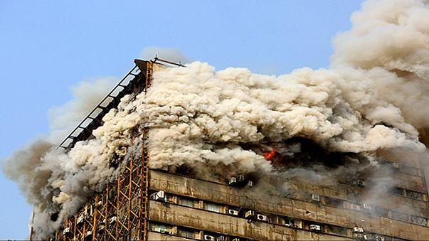 Kigyulladt, majd összedőlt Teherán ikonikus toronyháza