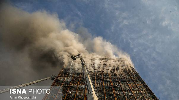 Colapso de torre em Teerão faz dezenas de mortos