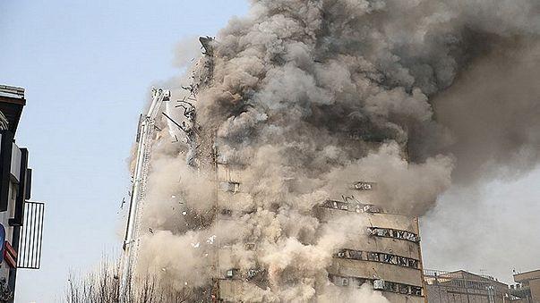 Teheran: crolla la torre commerciale. Morti e feriti tra i vigili del fuoco.