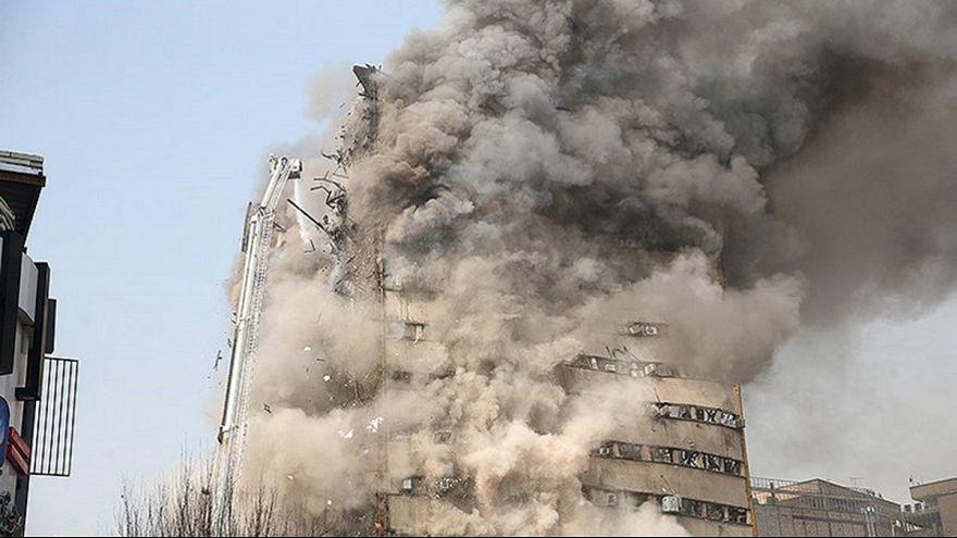 Élő adásban omlott össze a kigyulladt teheráni toronyház