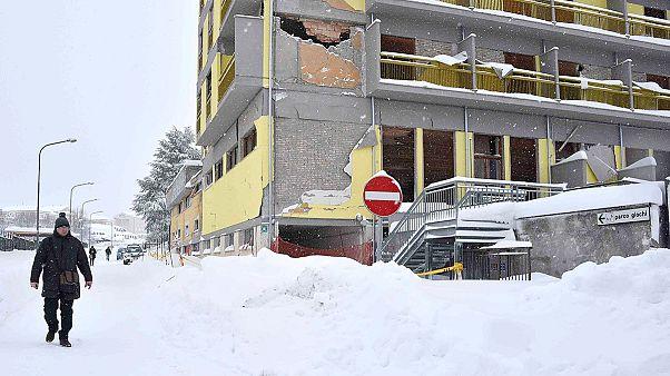 Schneemassen machen Erdbebenopfern und Helfern das Leben schwer