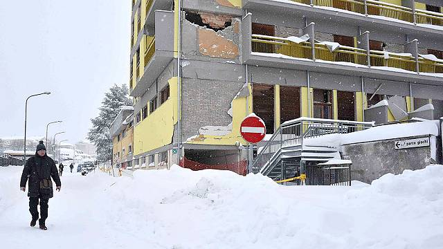Italy: rescue teams hampered by heavy snowfall