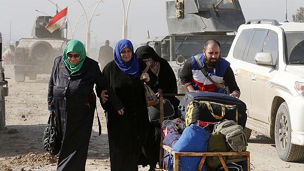 Irak/Szíria: emberek ezrei úttalan utakon