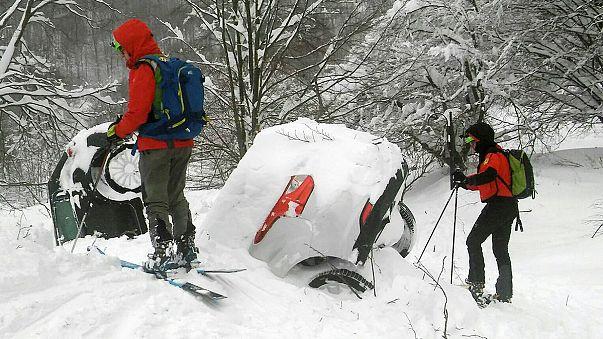 Continúan los trabajos para acceder al interior del hotel sepultado bajo la nieve