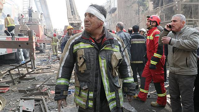 Bombeiros soterrados a apagar fogo em arranha-céus de Teerão (imagens)