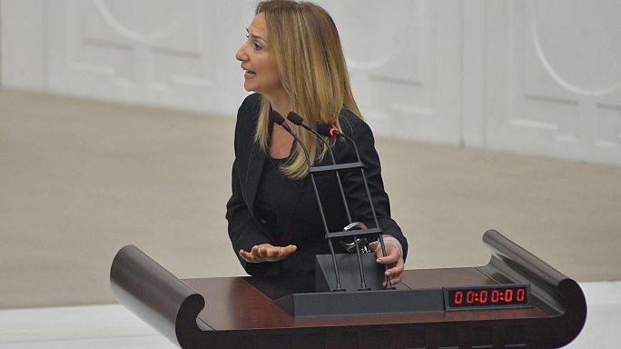Turquie : une députée s'enchaîne dans le parlement