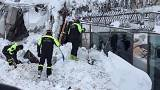Италия: шесть человек найдены живыми под завалами отеля