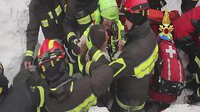 امدادگران ایتالیایی موفق به نجات هشت نفر از بهمن سقوط کرده بر روی هتل ریگوپیانو شدند
