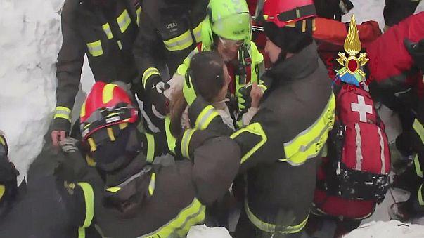 Itália: Socorristas resgatam 8 sobreviventes de hotel atingido por avalanche