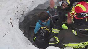 Nuevos rescatados bajo el hotel sepultado por una avalancha en Italia