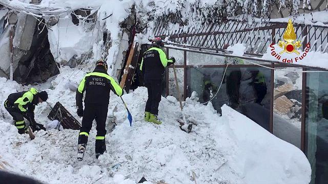 Síri csendben találták a mentők a hó alá temetett szállodát