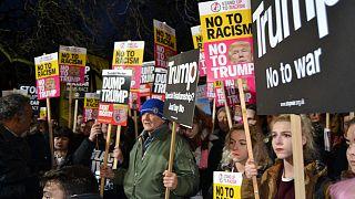 """""""Hidakat építs, ne falakat"""" - világszerte tüntettek Trump elnöksége ellen"""