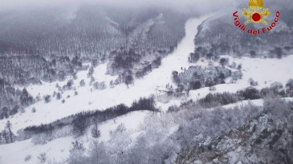 Localizan a 10 personas con vida en el hotel sepultado por un alud de nieve en Italia