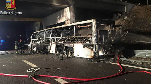 Bus ungherese in fiamme sulla A4: 16 vittime