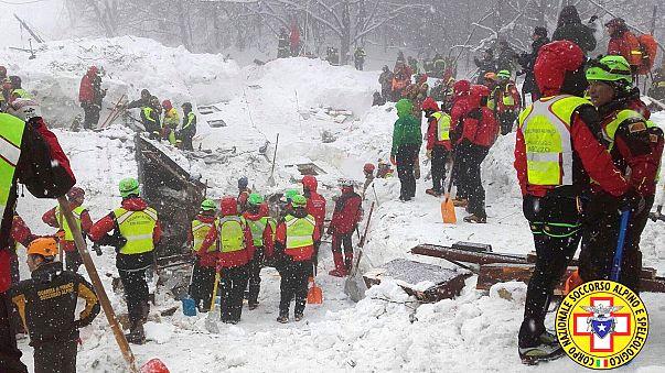 Nehezen haladnak a mentőegységek a lavinaomlás sújtotta olasz szállodánál
