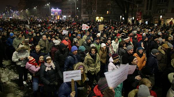 Romenos protestam contra libertação de políticos corruptos
