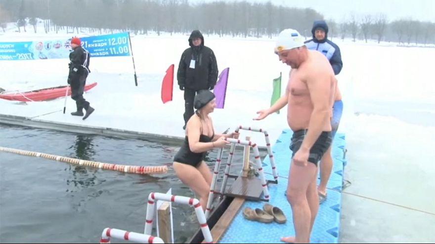 Belarus'ta buzlar içinde yüzme yarışı