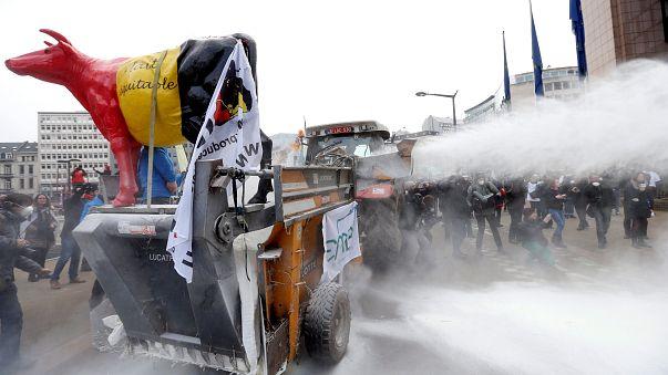 Tejporral szórták be a tejtermelők az Európai Bizottság épületét