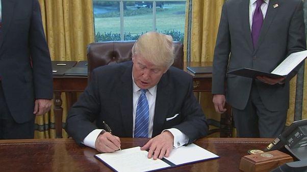 دونالد ترامب يوقِّع وثيقة انسحاب بلاده من معاهدة التجارة الحرة العابرة للمحيط الهادي