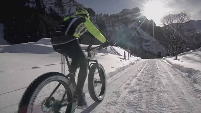 Снежные велосипедные гонки в швейцарском Гштаде