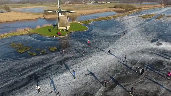 Patinando sobre agua helada en los Países Bajos