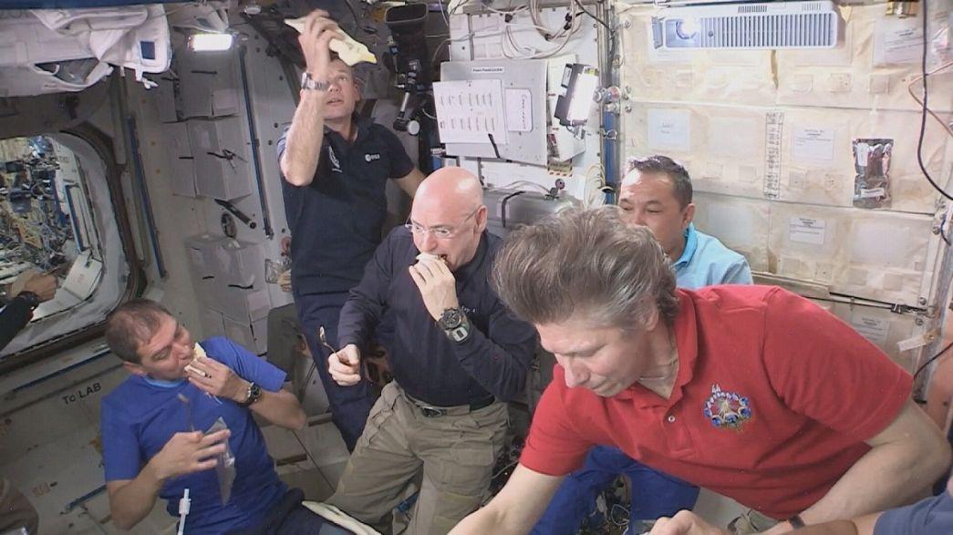 Космонавты - лакомки