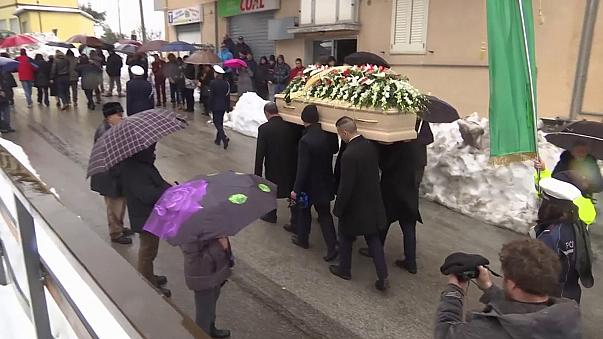 Itália: Primeiros funerais das vítimas da avalanche que soterrou um hotel. Número de mortos continua a subir