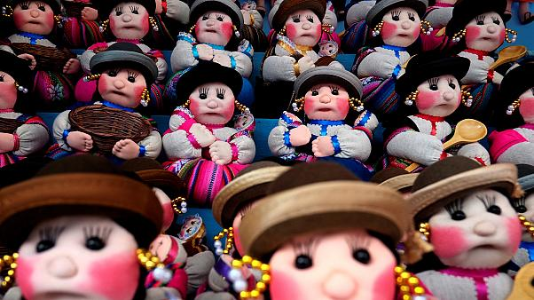 مردم بولیوی برای برآورده شدن آرزوهایشان به جشنوارۀ برکت می آیند