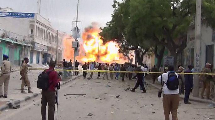 Egyszerre öldököltek bombával és fegyverekkel egy szállodánál Szomáliában