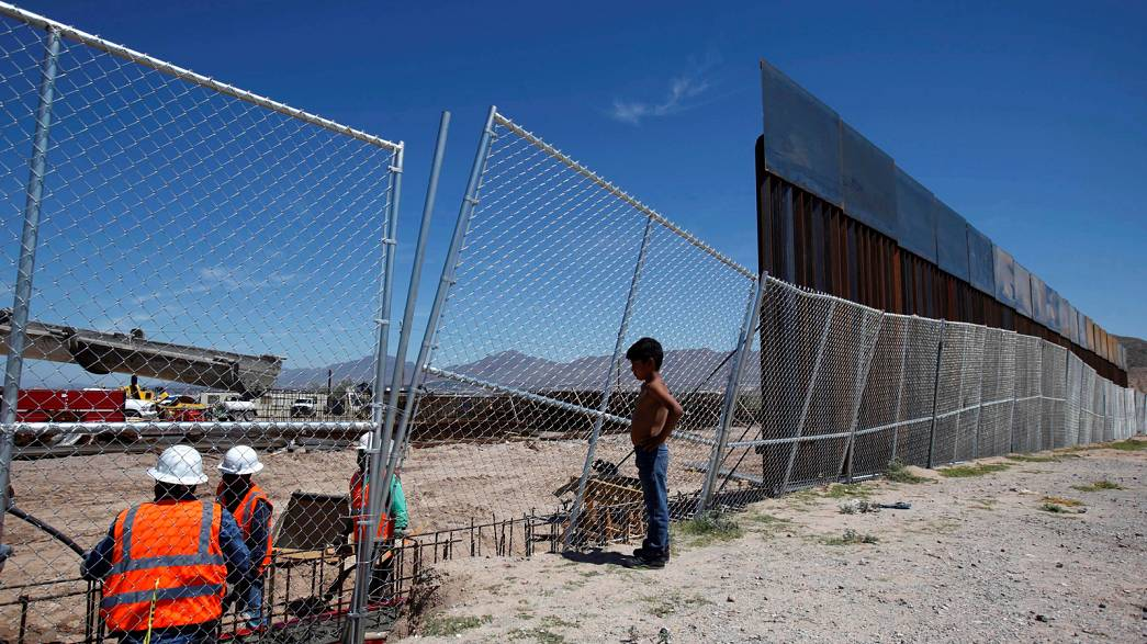 Mexico braces itself for Trump presidency as wall starts to go up