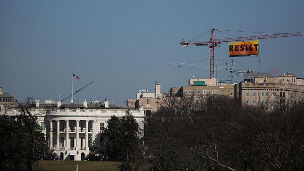 """Directo: activistas de Greenpeace despliegan una pancarta sobre la Casa Blanca llamando a """"resistir"""""""