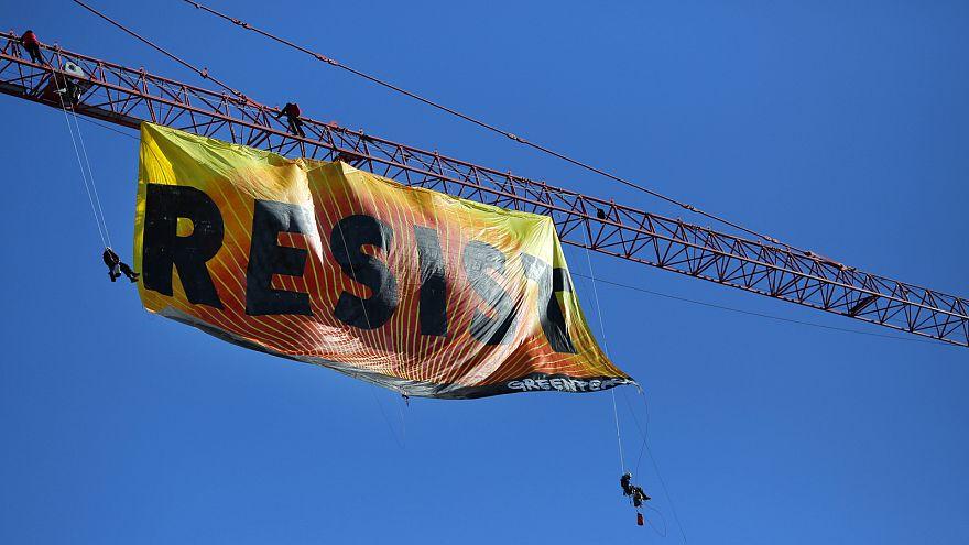 """منظمة """"غرين بيس"""" ترفع يافطة كبرى تدعو لمقاومة هجمات الرئيس ترامب"""