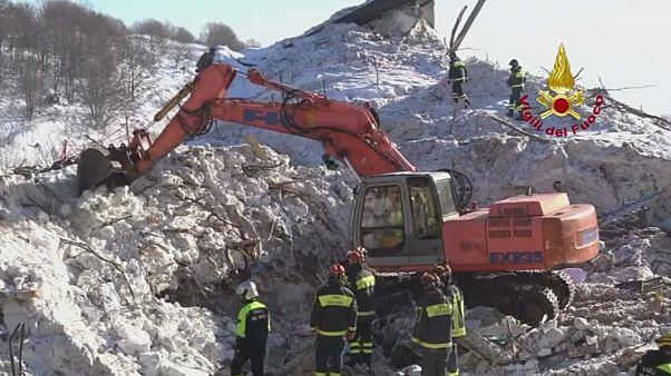 توقف عملیات جستجو زیر آوار بهمن در مرکز ایتالیا