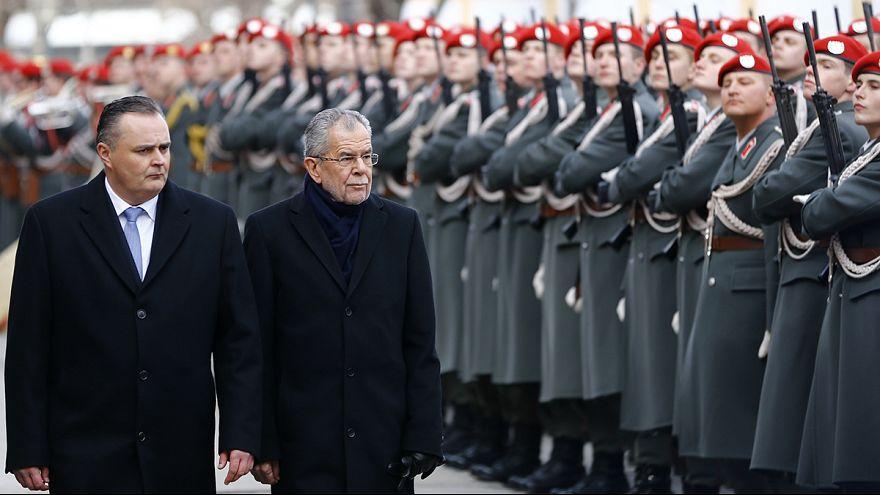 Presidente austríaco toma posse, ao fim de oito meses