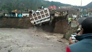 فندق من 3 طوابق ينهار في جنوب بيرو بسبب الأمطار الغزيرة والفيضانات