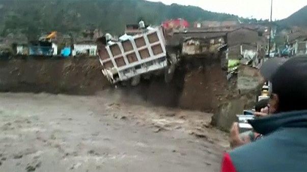 Peru: Chuvas diluvianas provocam derrocada de um hotel