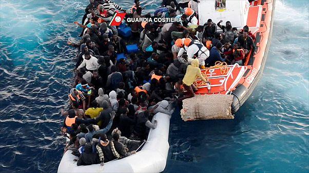 Ezer menekültet mentettek ki a Földközi-tengerből
