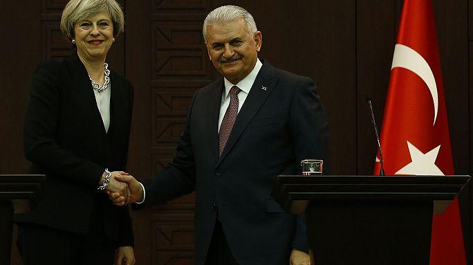 May in Turchia per parlare di commercio e Brexit. Trump sempre dietro l'angolo