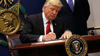 Τι είναι τα εκτελεστικά διατάγματα που υπογράφει ο Ντόναλντ Τραμπ