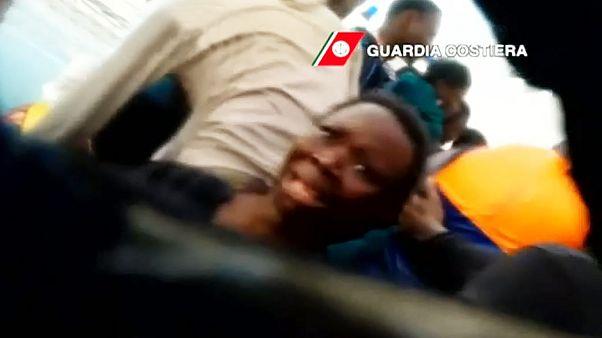 "VIDEO: ""Don't worry! You are safe"" - Italienischer Retter versucht Frau zu beruhigen"