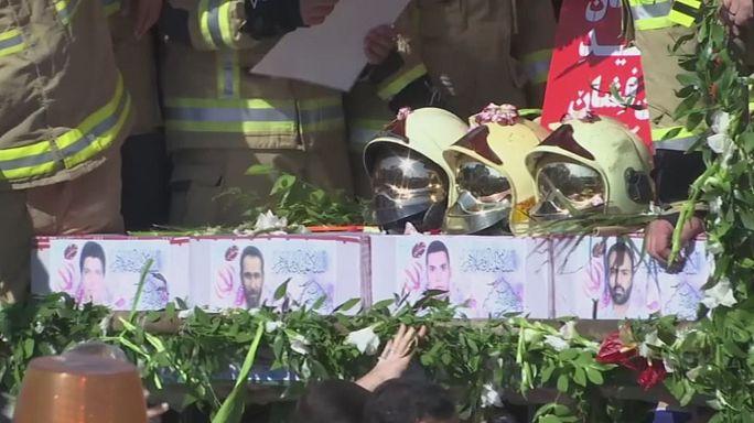 Multitudinaria despedida a los bomberos muertos en el derrumbe de un edificio en Teherán
