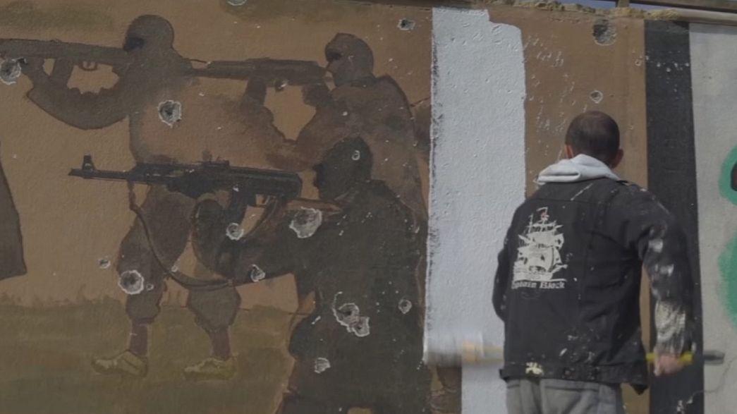 Activistas iraquíes borran las huellas del Dáesh de los muros del este de Mosul